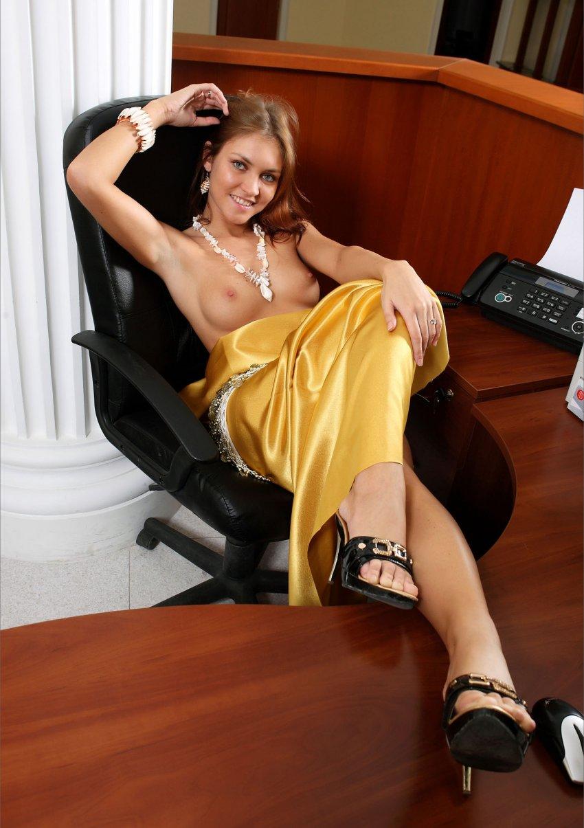 devushki-v-ofise-erotika
