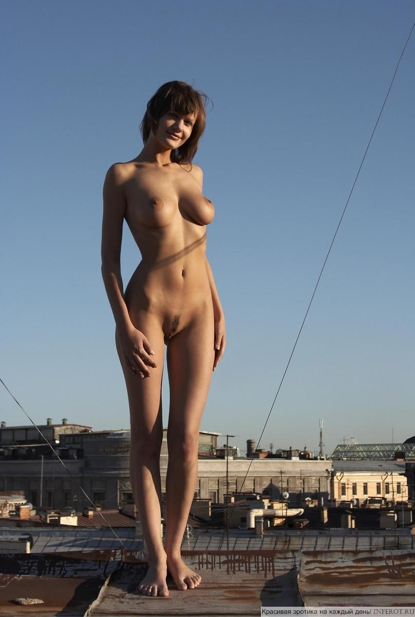 фото девушки голышом на крыше несет