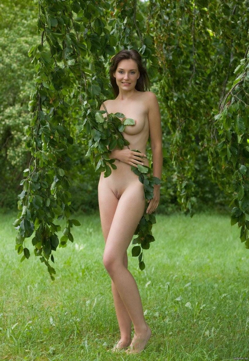 голая под деревом