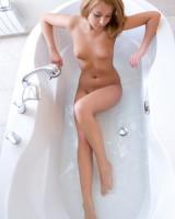 голая блондинка набирает ванну